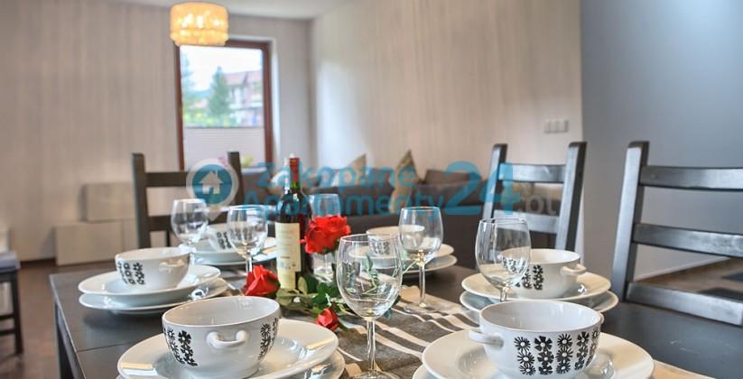 stół i jadalnia w apartamencie w zakopanem