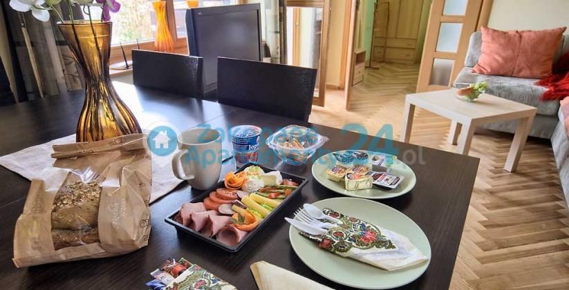 stół w jadalni - apartament centrum 5 w Zakopanem