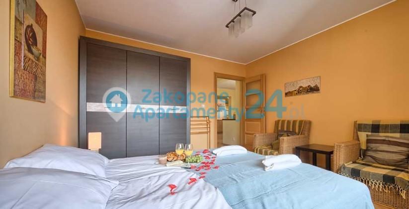 sypialnia z łożkiem małżeńskim w apartamencie centrum 5
