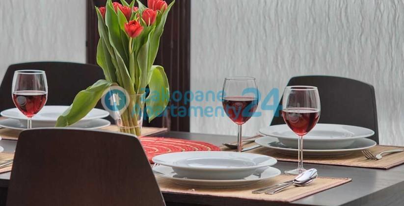 apartament w Zakopanem stół przygoptowany do kolacji