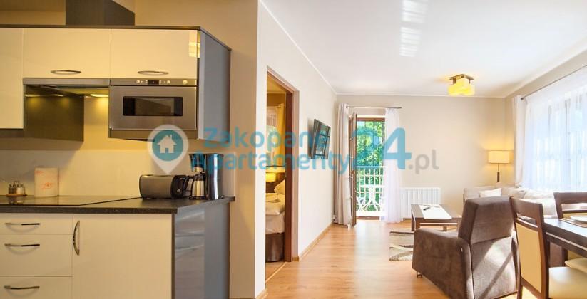 widokm na salon i kuchnie w apartamencie
