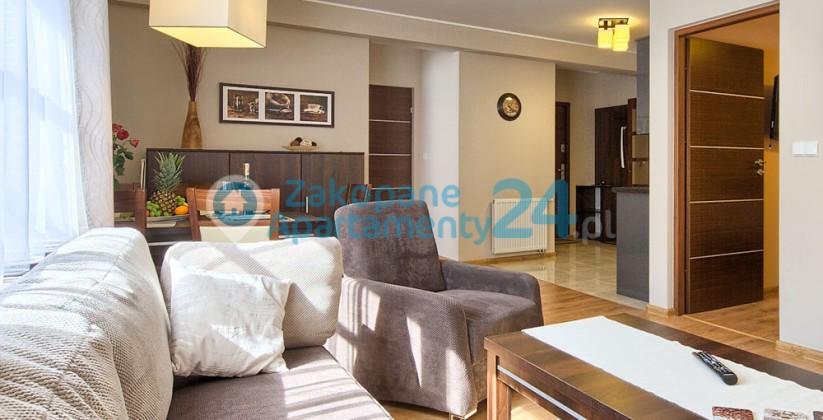 wygodna sofa i fotele w salonie apartamentu sienkiewicza 2