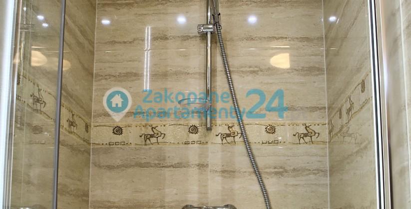 wygodna duża łazienka z prysznicem w zakopanem w apartamencie sienkiewicza 2