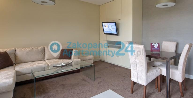 telewizor w salonie w apartamencie