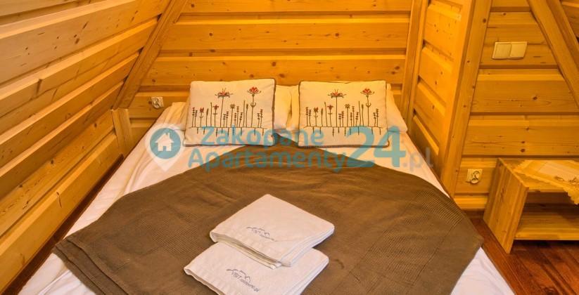 Duże łóżko małżeńskie w sypialni na piętrze Apartament Tetmajera 1