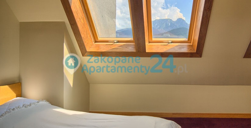 okno z widokiem na Giewont w apartamencie Zakopane Szymoszkowa