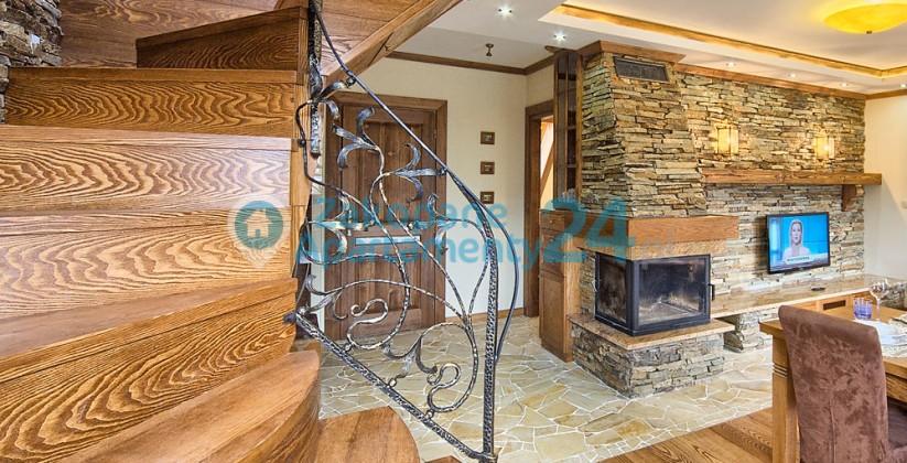 kręte drewniane schody w apartamencie do wynajęcia w Zakopanem