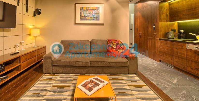 sofa i stół w apartamencie w Zakopanem